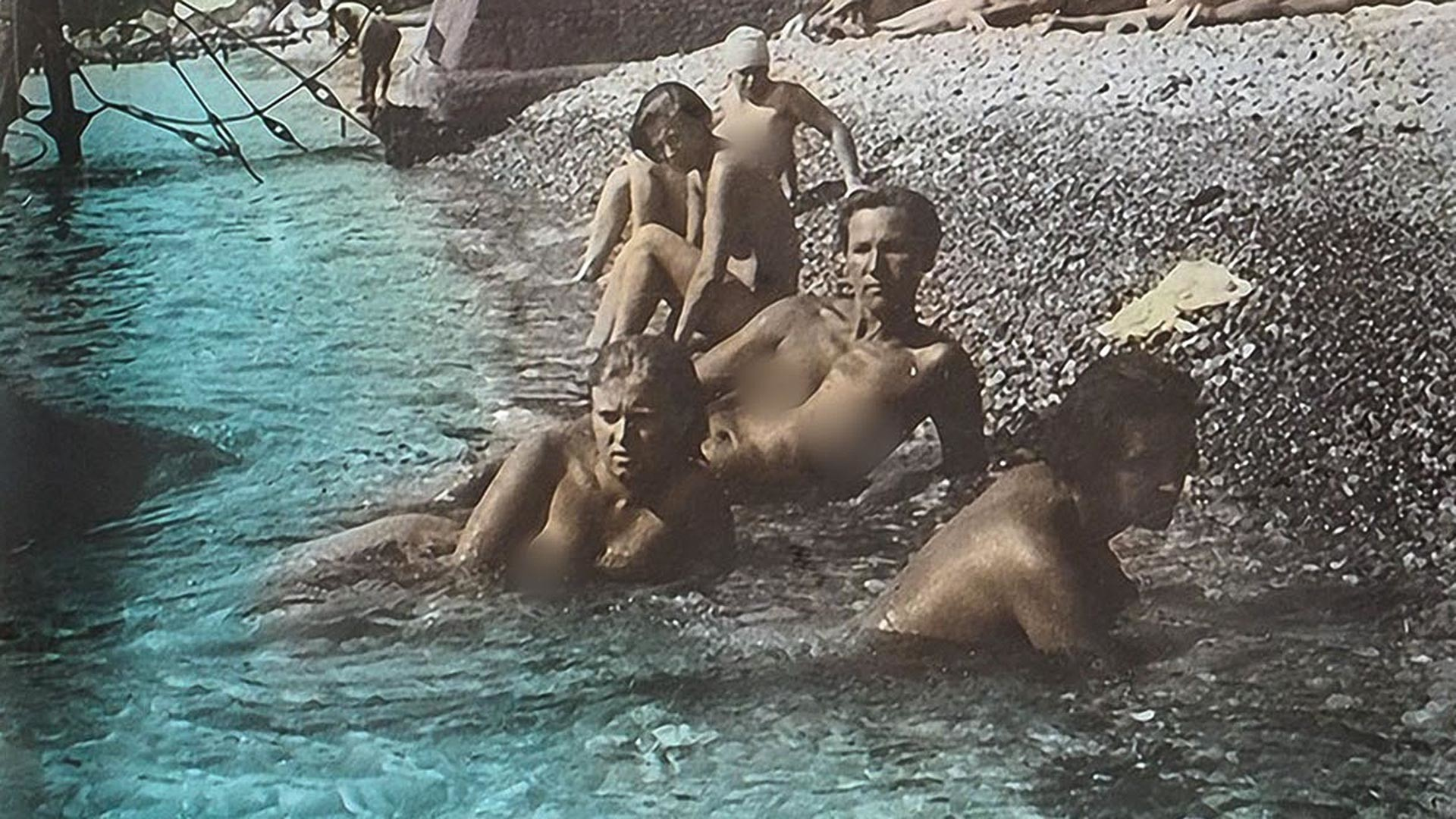 Обнаженные рабочие и колхозницы на пляже в Крыму, 1931.