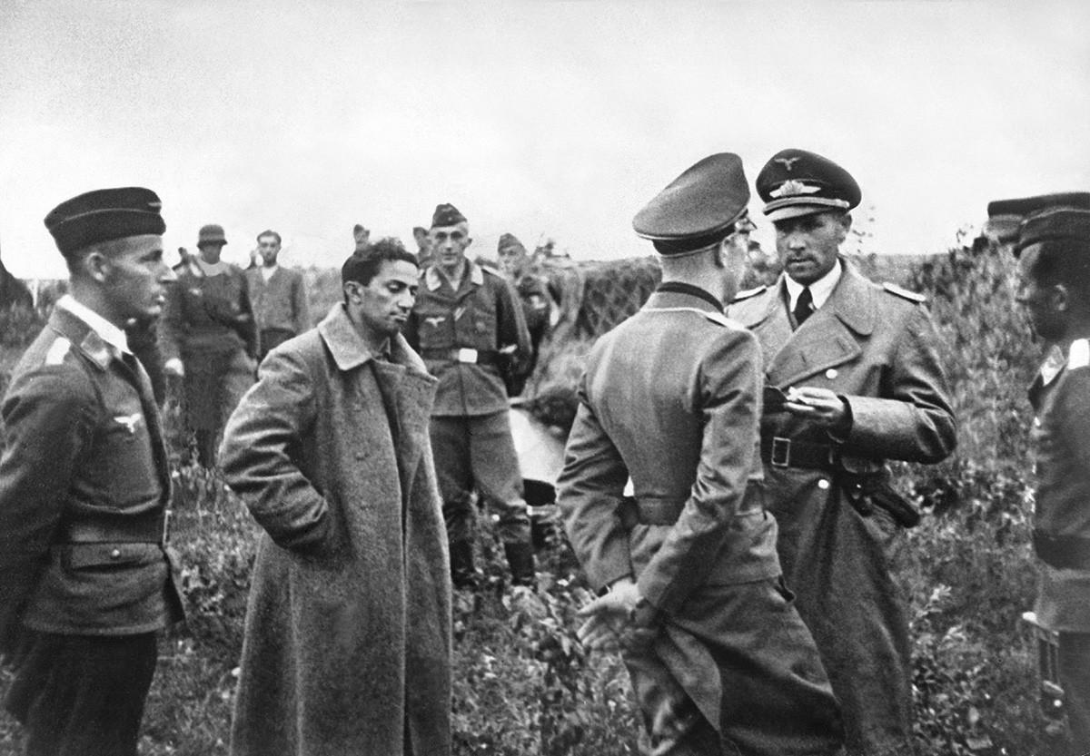 ドイツ軍の捕虜になったスターリンのヤーコフ・ジュガシヴィリ、1941年7月