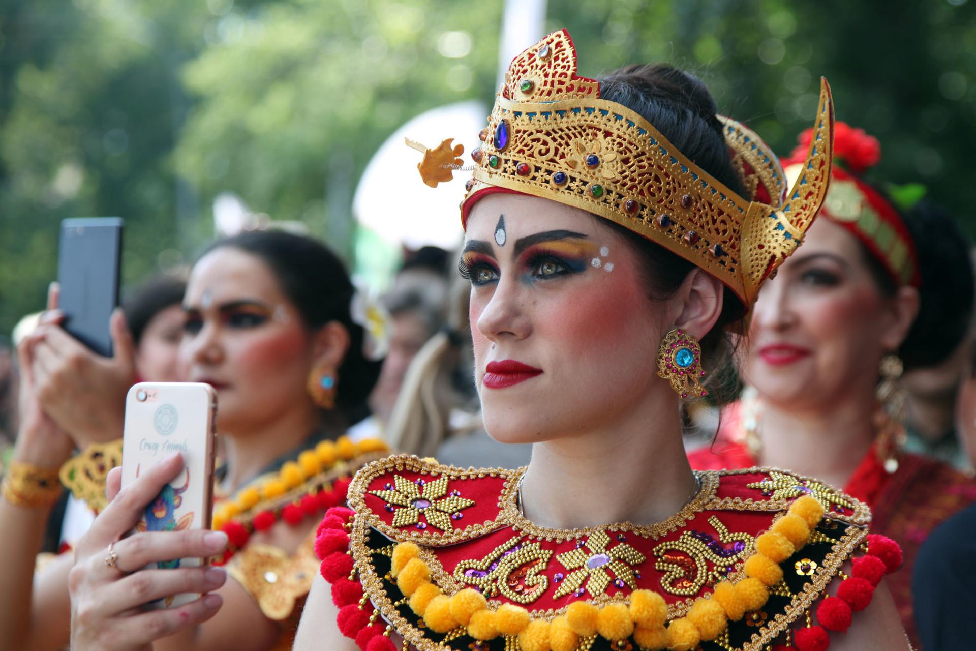 Seorang warga Rusia mengenakan pakaian tradisional Bali pada Festival Indonesia 2018 di Taman Krasnaya Presnya, Moskow, Jumat (3/8).