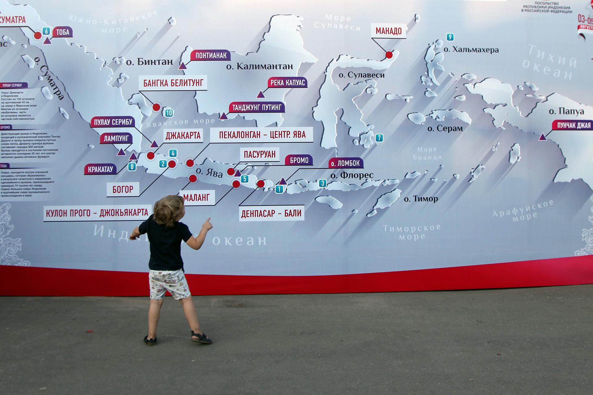 Seorang anak memperhatikan peta Indonesia pada Festival Indonesia 2018 di Taman Krasnaya Presnya, Moskow, Jumat (3/8).
