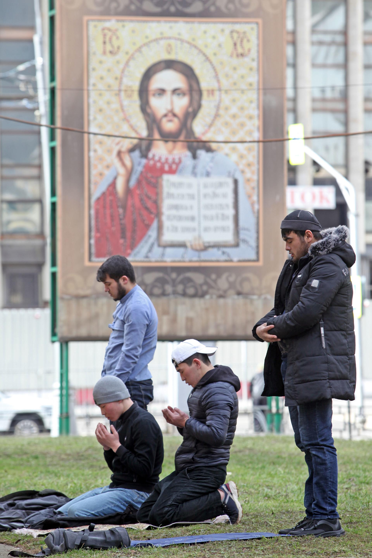 Umat Islam menunaikan salat Zuhur di taman, di depan gereja Ortodoks, tak jauh dari Masjid Agung Moskow, Jumat (20/3). Mereka terpaksa salat di luar karena tidak tahu bahwa masjid ditutup untuk mengantisipasi penyebaran virus Corona.