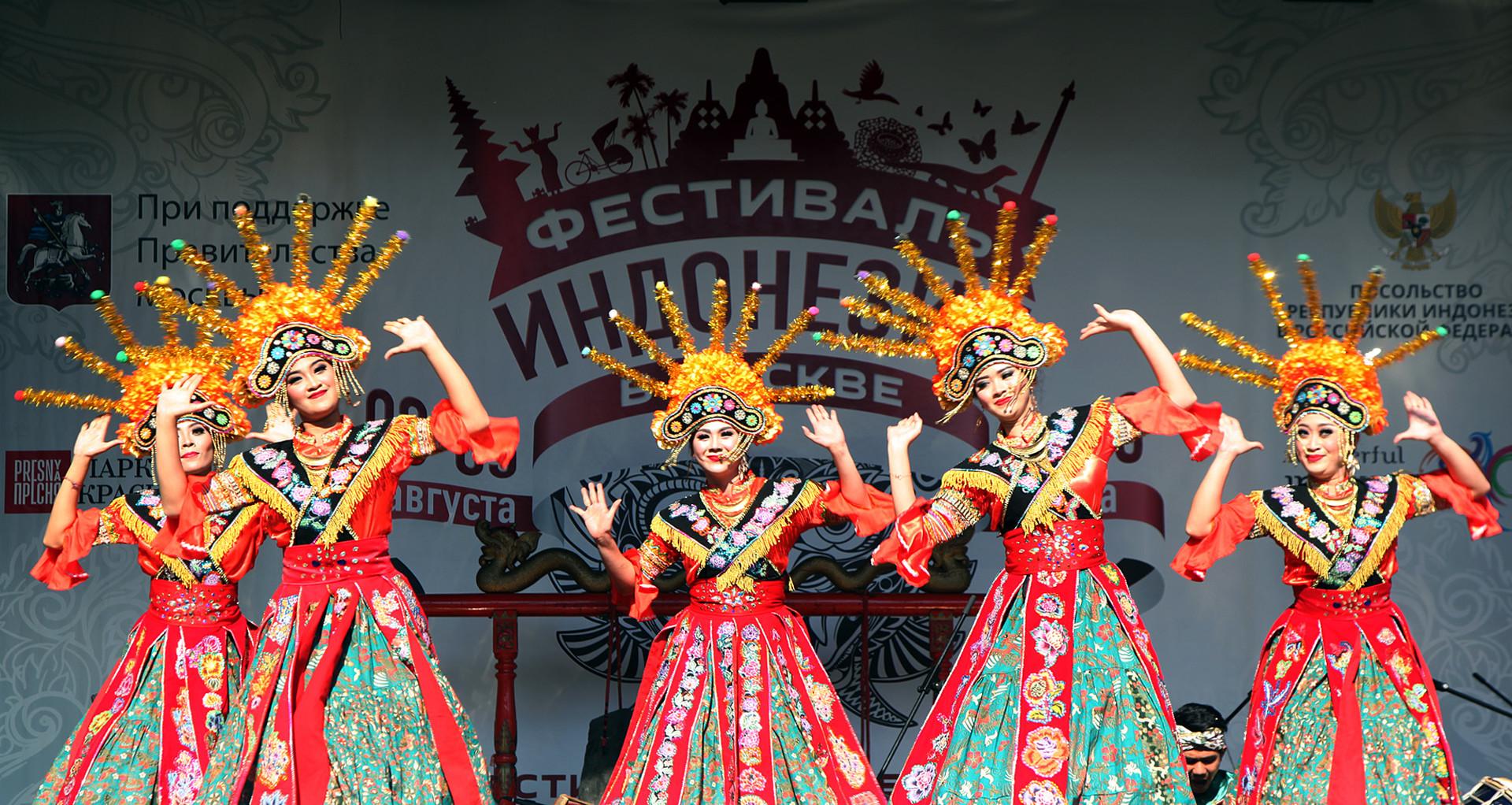 Penari membawakan tari Ondel-ondel pada pada Festival Indonesia di Taman Krasnaya Presnya, Moskow, Jumat (3/8/2018).
