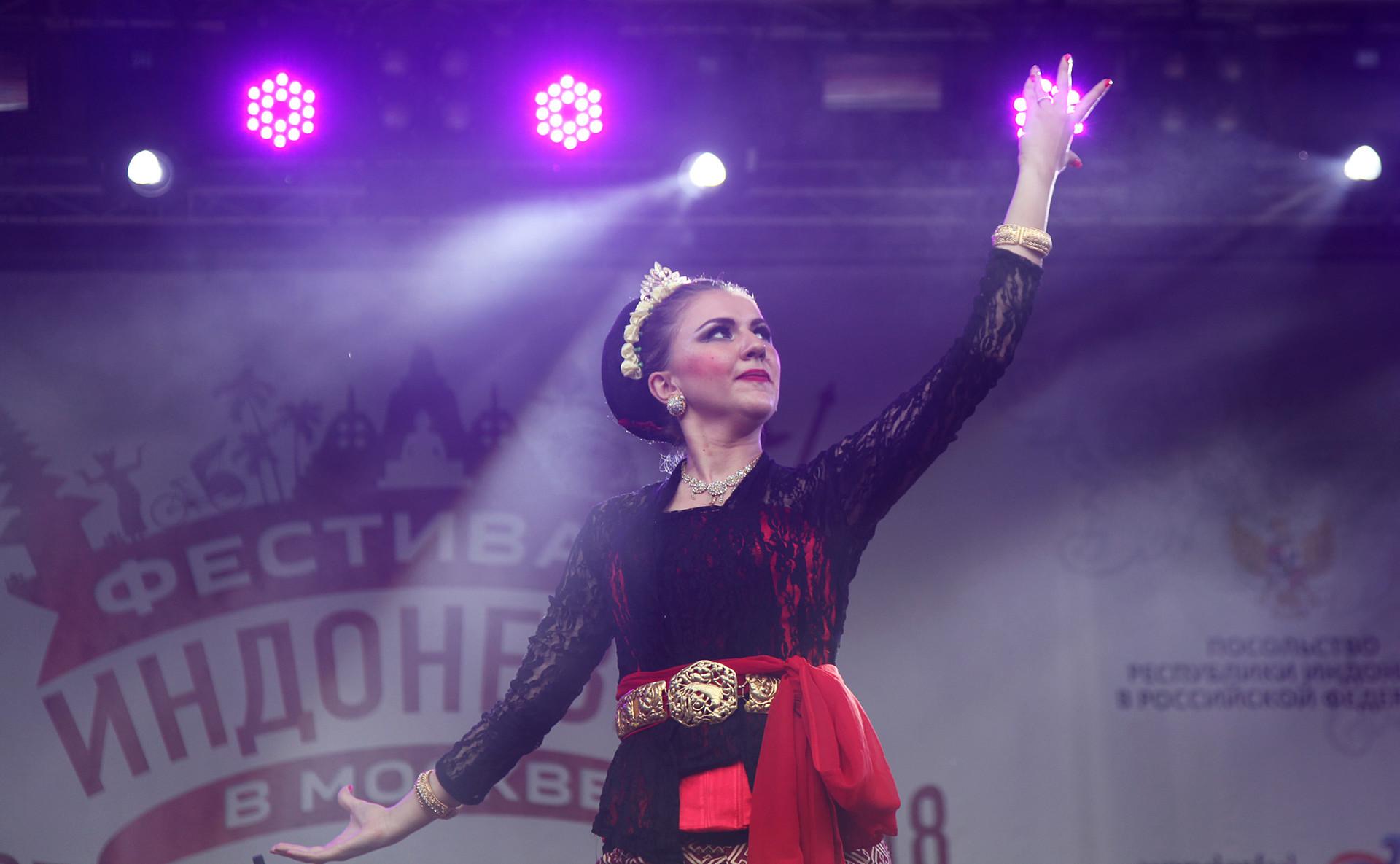 Anggota tim tari binaan KBRI, Kirana Dance Nusantara, tampil pada Festival Indonesia di Taman Krasnaya Presnya, Jumat (3/8/2018)