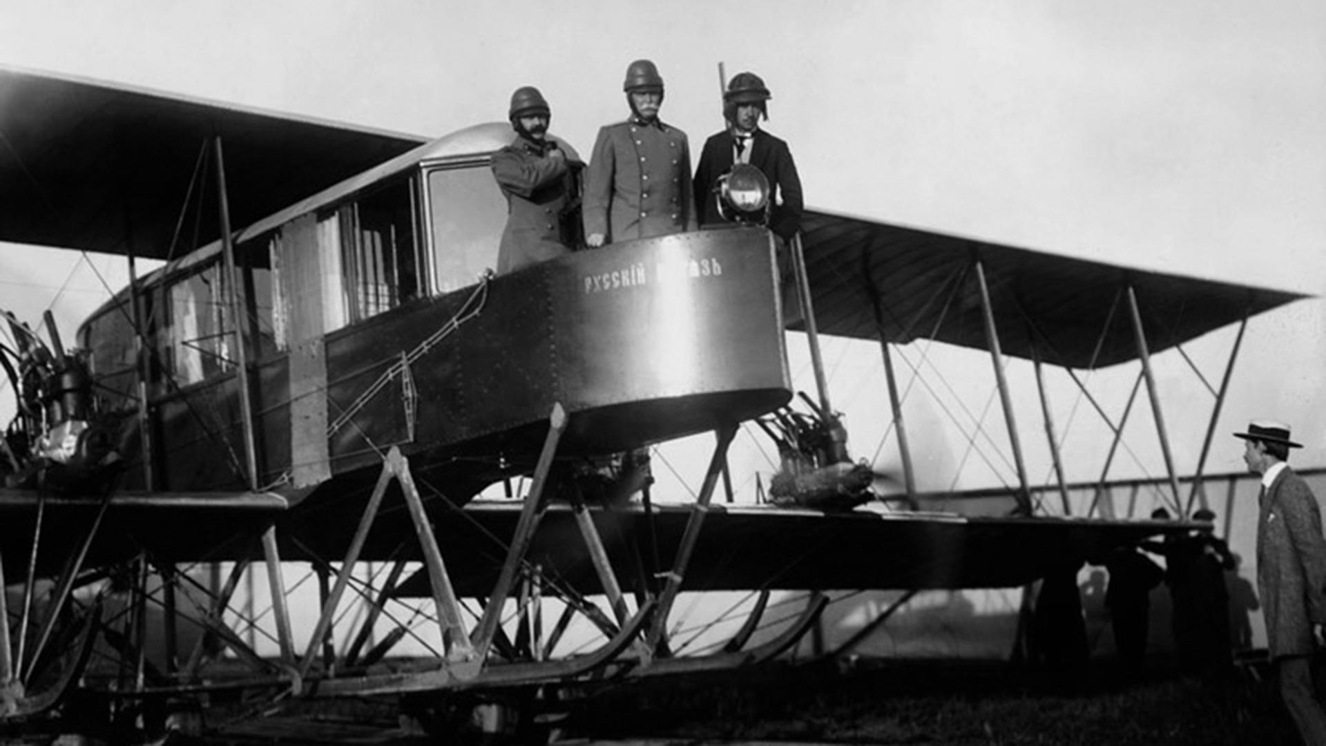 Авиаконструктор Игорь Сикорский (крайний справа) и генерал-лейтенант Н. В. Каульбарс (в центре) на борту первого многомоторного самолета «Русский витязь».