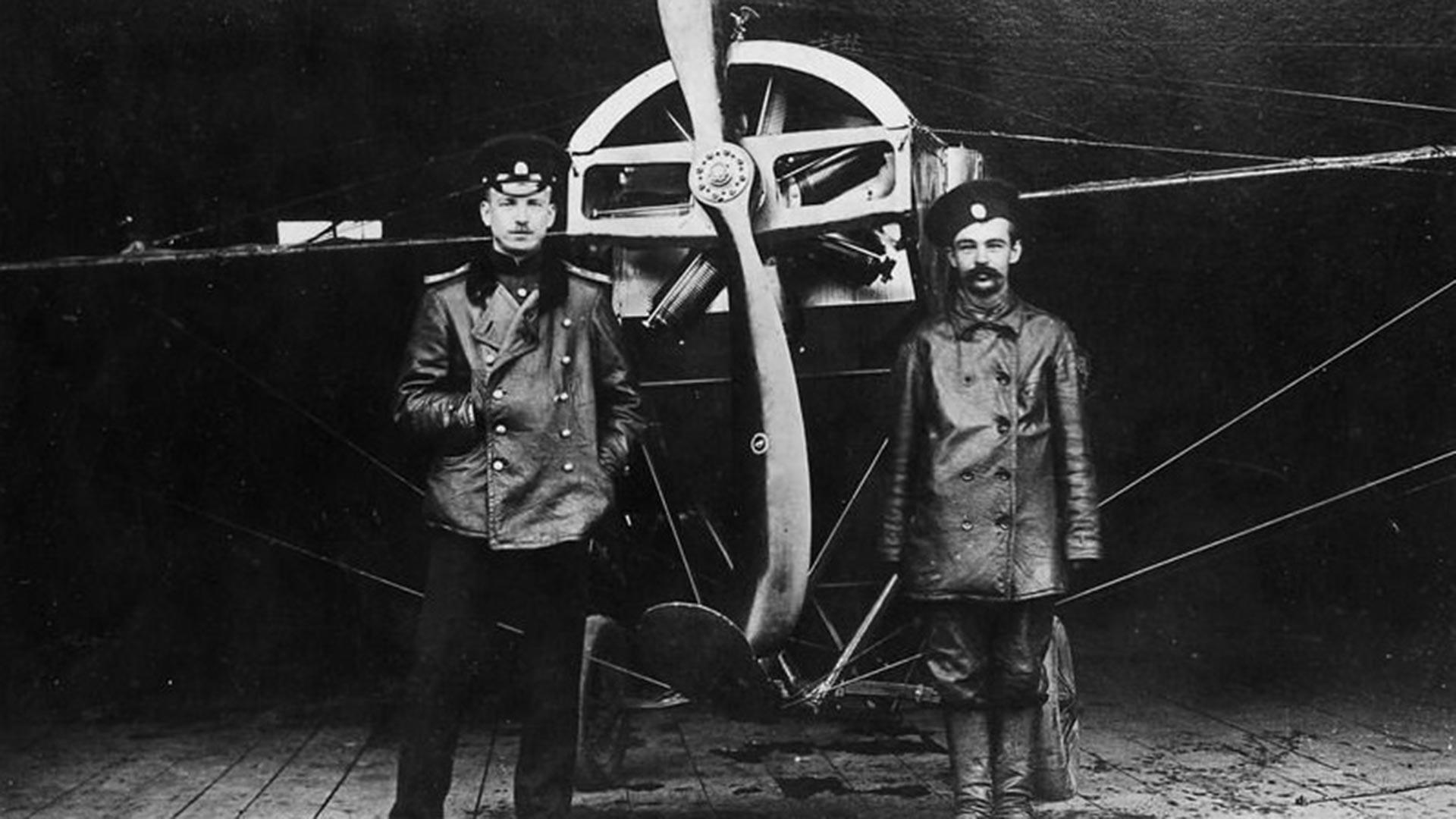П. Н. Нестеров и его механик Г. М. Нелидов у самолёта «Ньюпор».