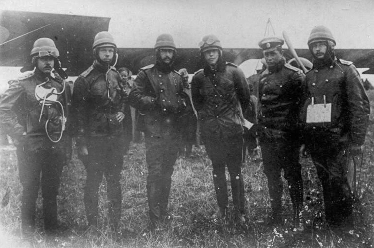 Летчики 20-го корпусного отряда.