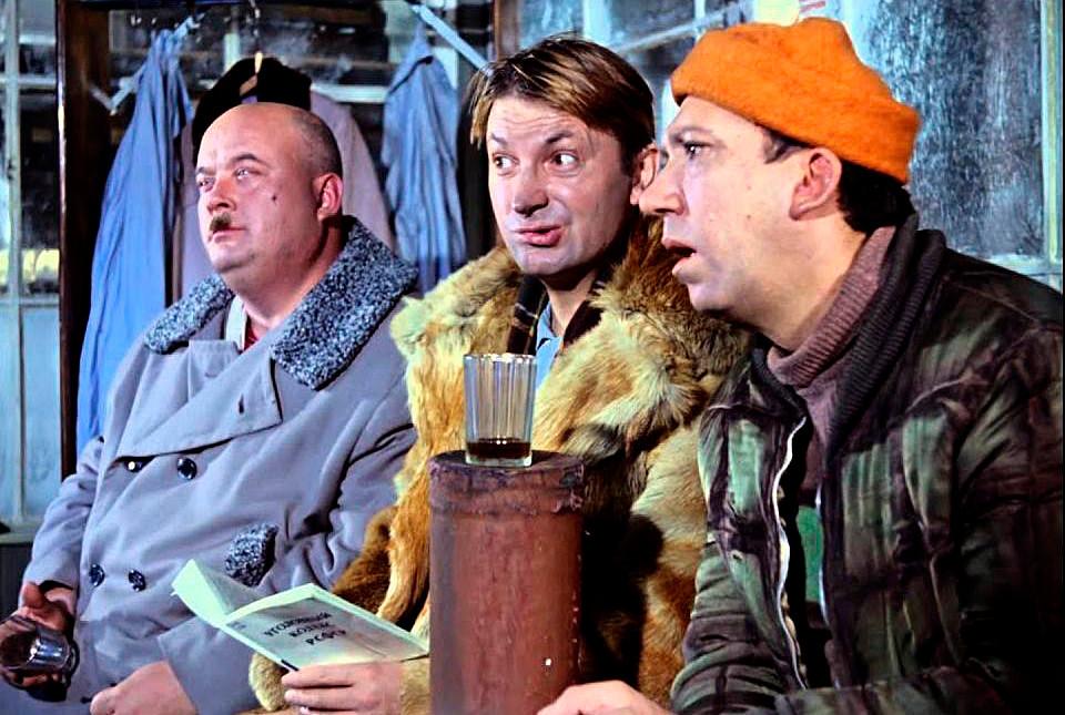 """Cuplikan adegan dalam film """"Operatsiya 'Y' i drugie priklyucheniya Shurika"""" (Operasi """"Y"""" dan Petualangan Shurik Lainnya)."""