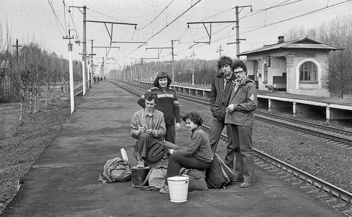 В ожидании поезда с рюкзаками, 1980.