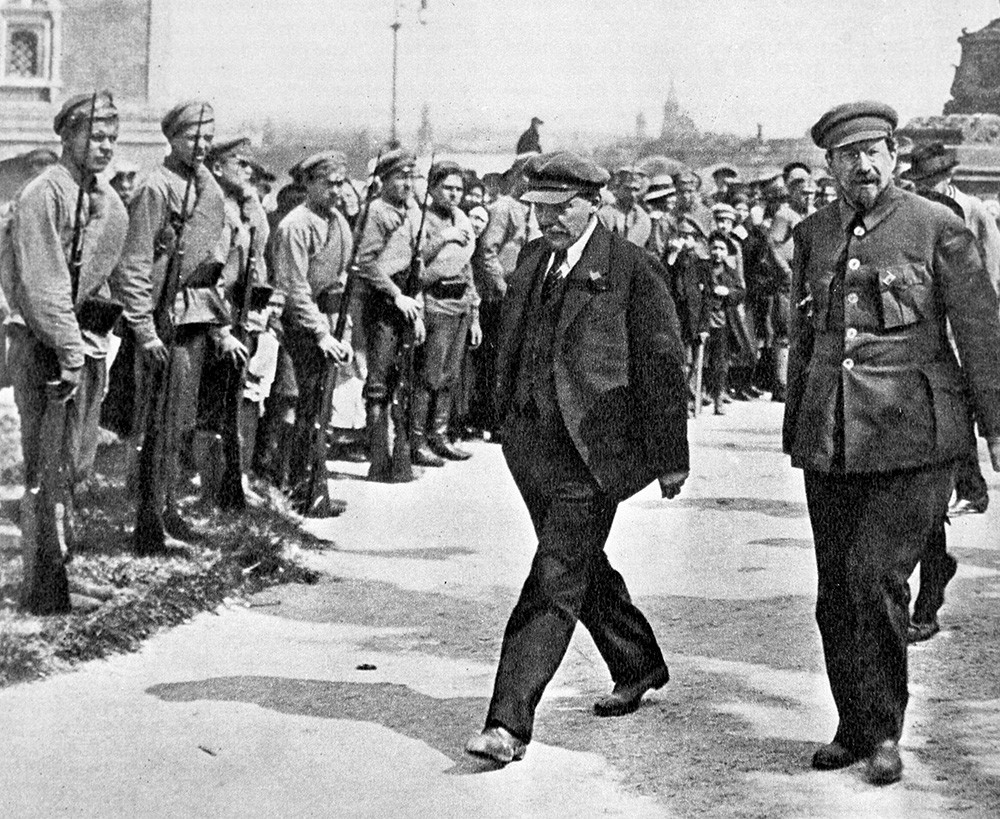 Владимир Лењин (лево) и Анатолиј Луначарски (десно) пролазе поред почасне страже.
