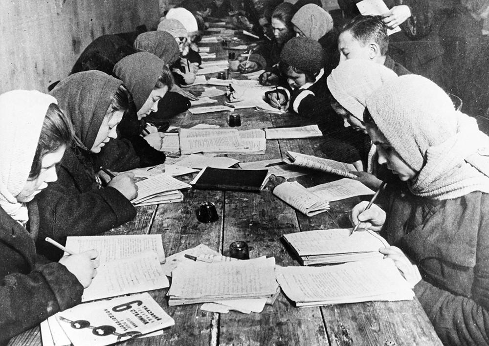 """Први час описмењавања у клубу фабрике """"Црвени витез"""" у Москви, 1932."""