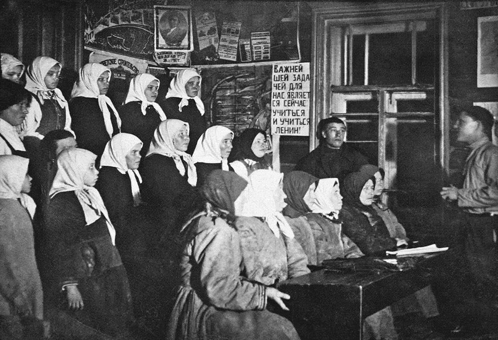 Описмењавање мештана у селу Шоркаси (Чебоксарски рејон) током 1930-их.