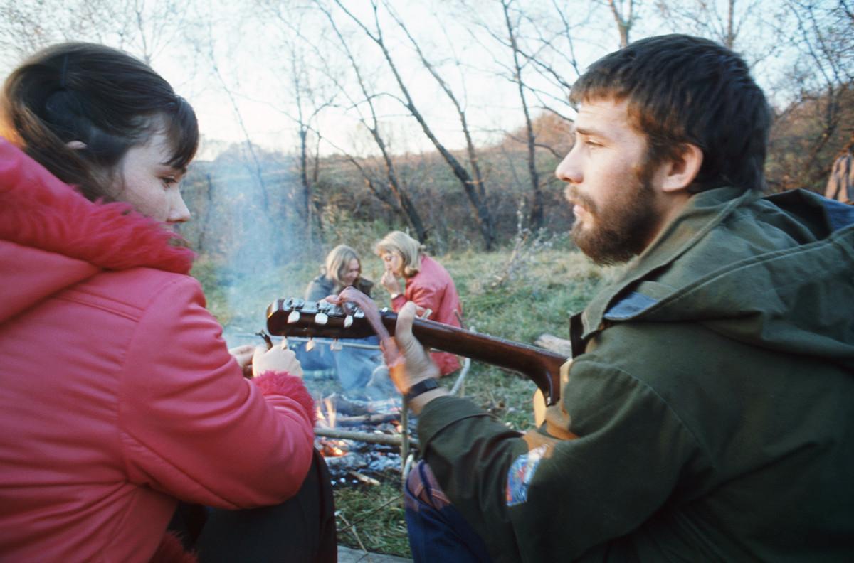 Студенти на Ростовския държавен университет по време на туристически поход. СССР, Ростов на Дон, 1 февруари 1979 г.