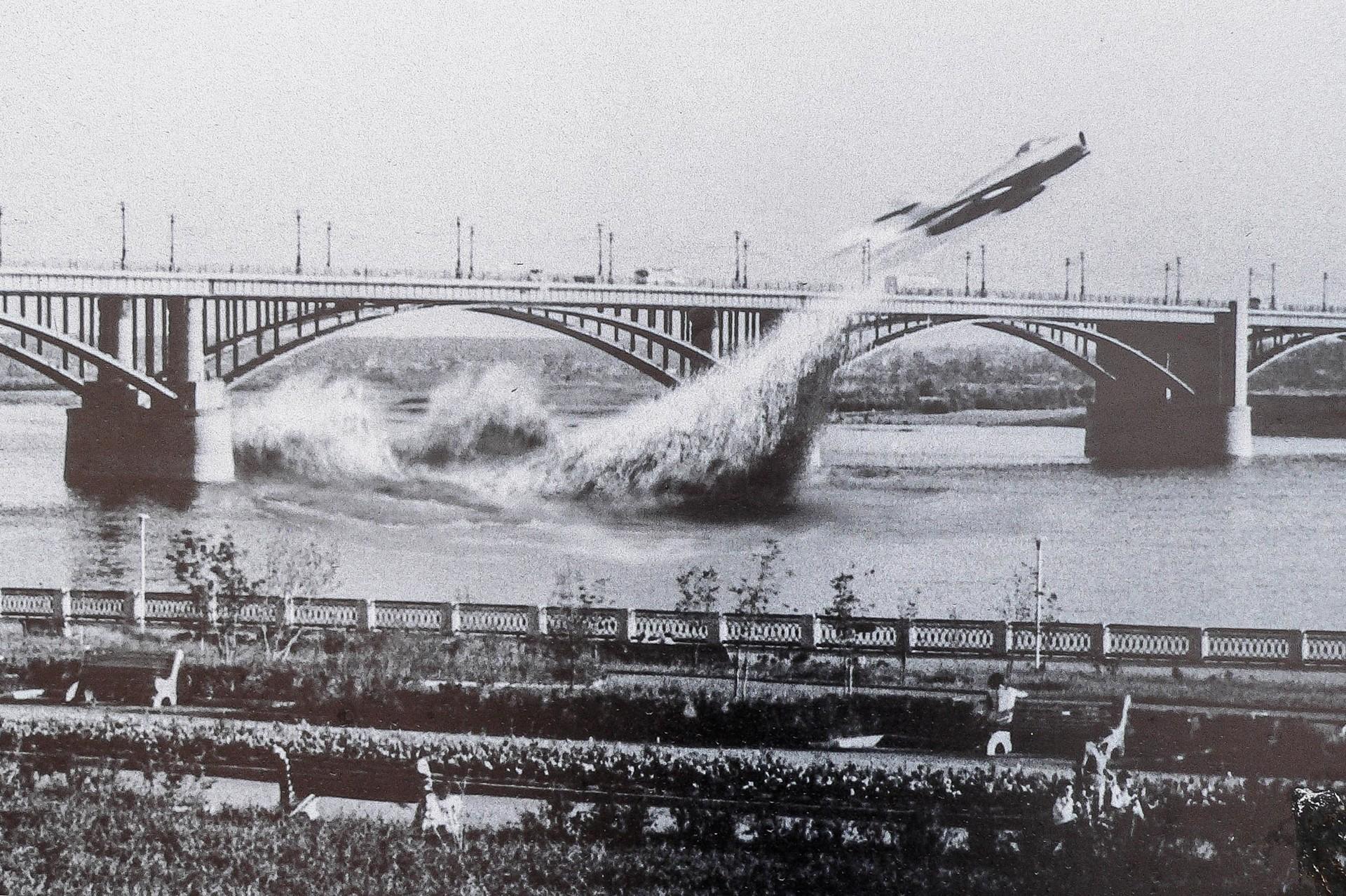 インターネットで拡散された曲技飛行の偽写真