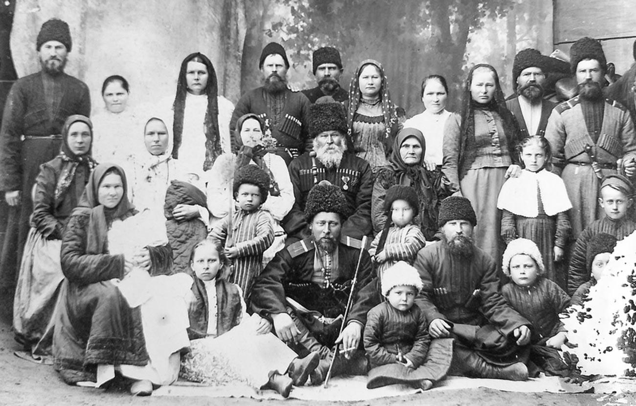 Групен портрет на козачко семејство.