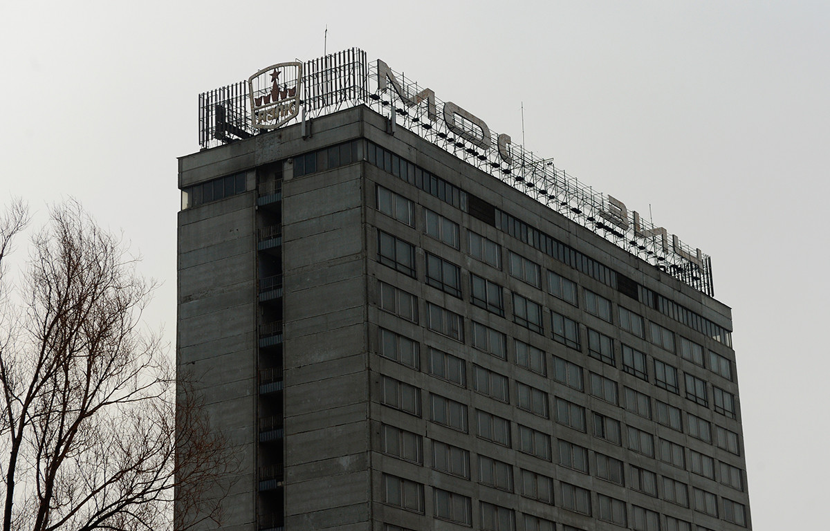 """Зграда фабрике на којој се врши демонтажа натписа """"АЗЛК"""" и """"Москвич"""", а која ће касније постати део комплекса центра иновативне индустрије """"Технополис Москва""""."""