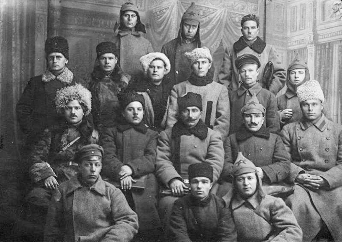 Semión Budionni (centro, tercera fila desde arriba) y comandantes del 1er Ejército de Caballería.