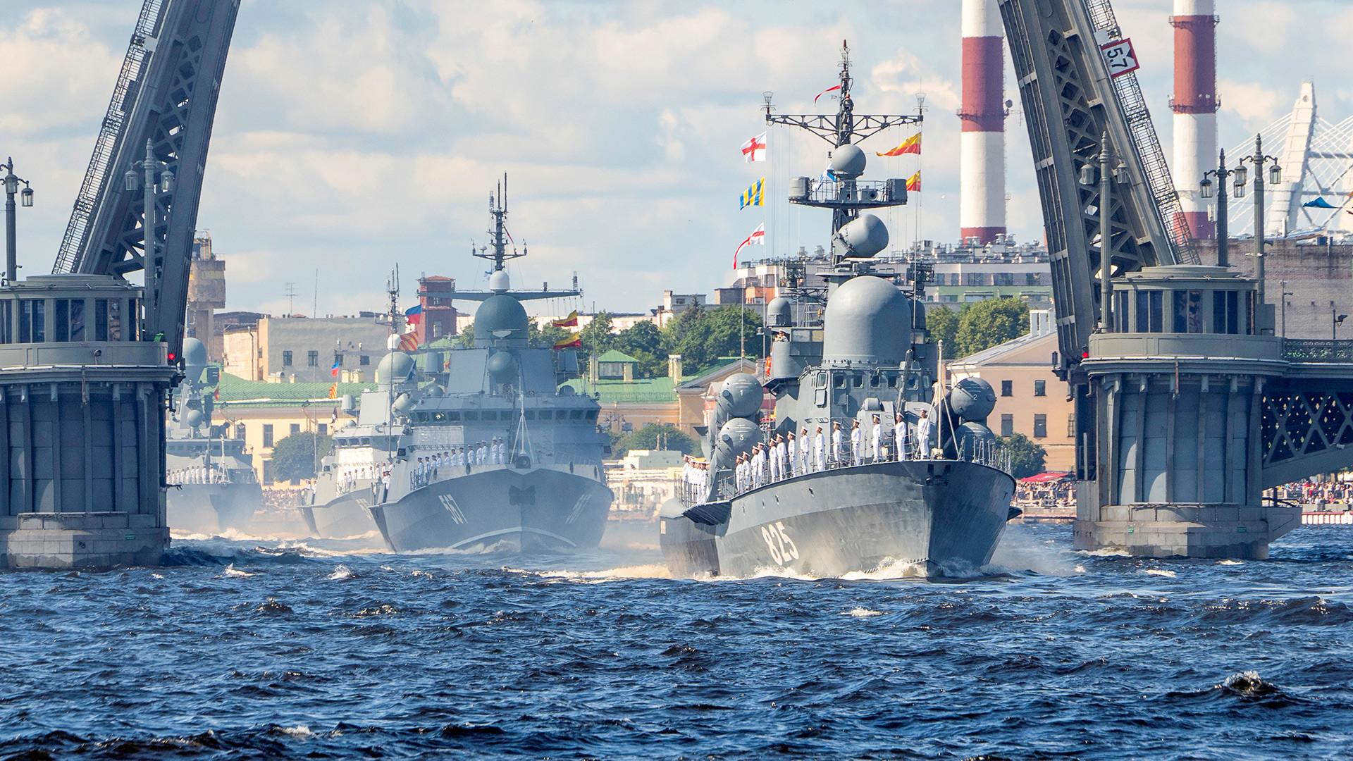 Des navires de guerre paradant à Saint-Pétersbourg