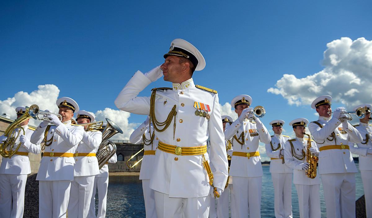 La parade la plus spectaculaire a eu lieu à Saint-Pétersbourg, la « capitale du Nord de la Russie », avec la participation de pas moins de 46 navires et sous-marins, 41 avions et 4 000 militaires. Ici, un ensemble musical militaire durant les célébrations.