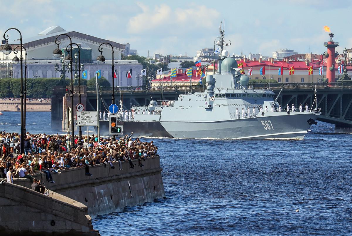 La corvette Mytichtchi lors de la parade militaire sur la Neva à l'occasion de la Journée de la Marine.