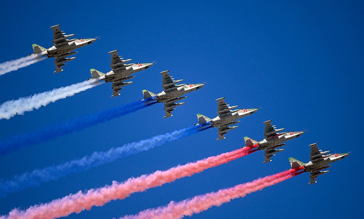 Des chasseurs Su-25 laissant une trainée aux couleurs du drapeau de l'État russe, clôturant ainsi les célébrations.