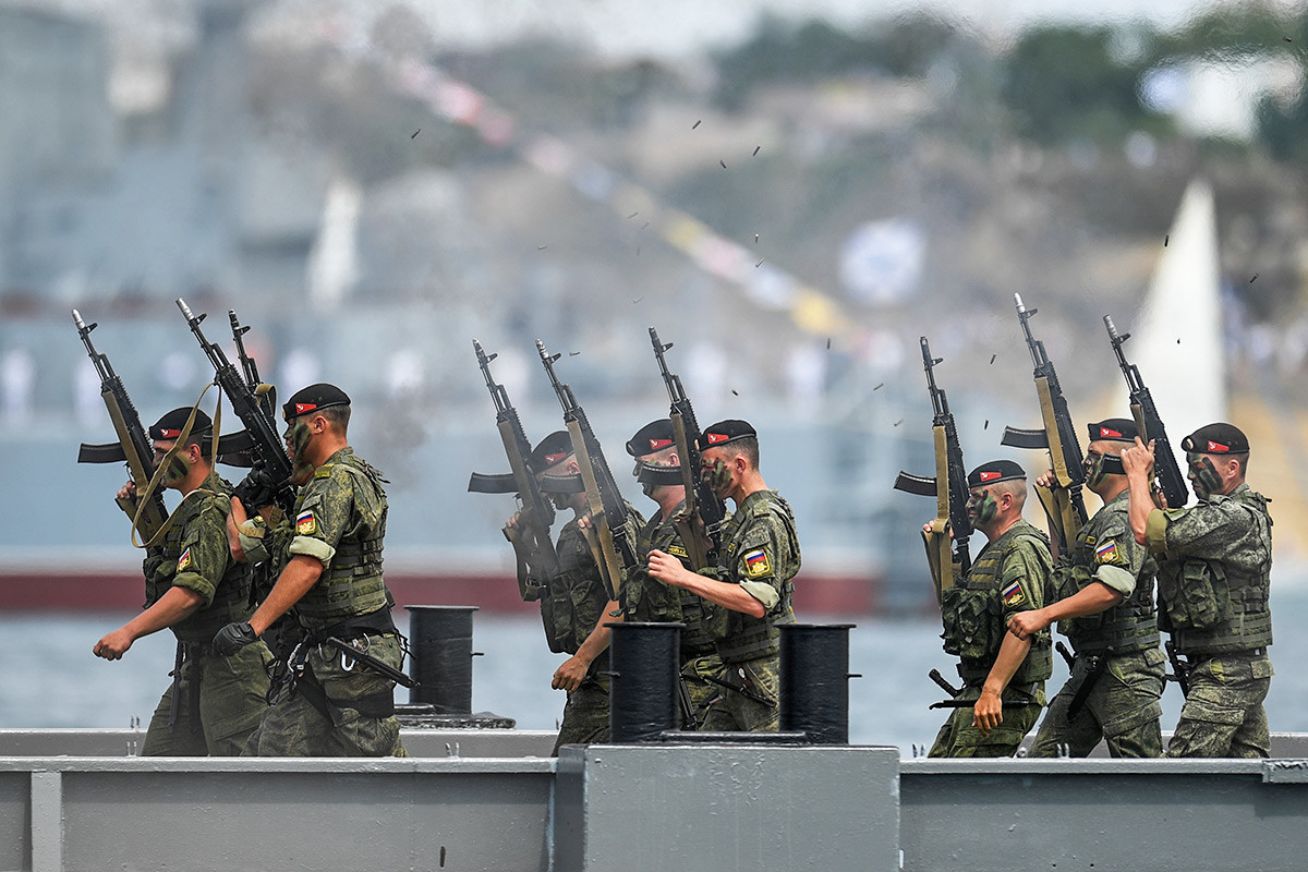 Les troupes de débarquement de la Marine russe font une démonstration de leurs compétences à Sébastopol, en Crimée.
