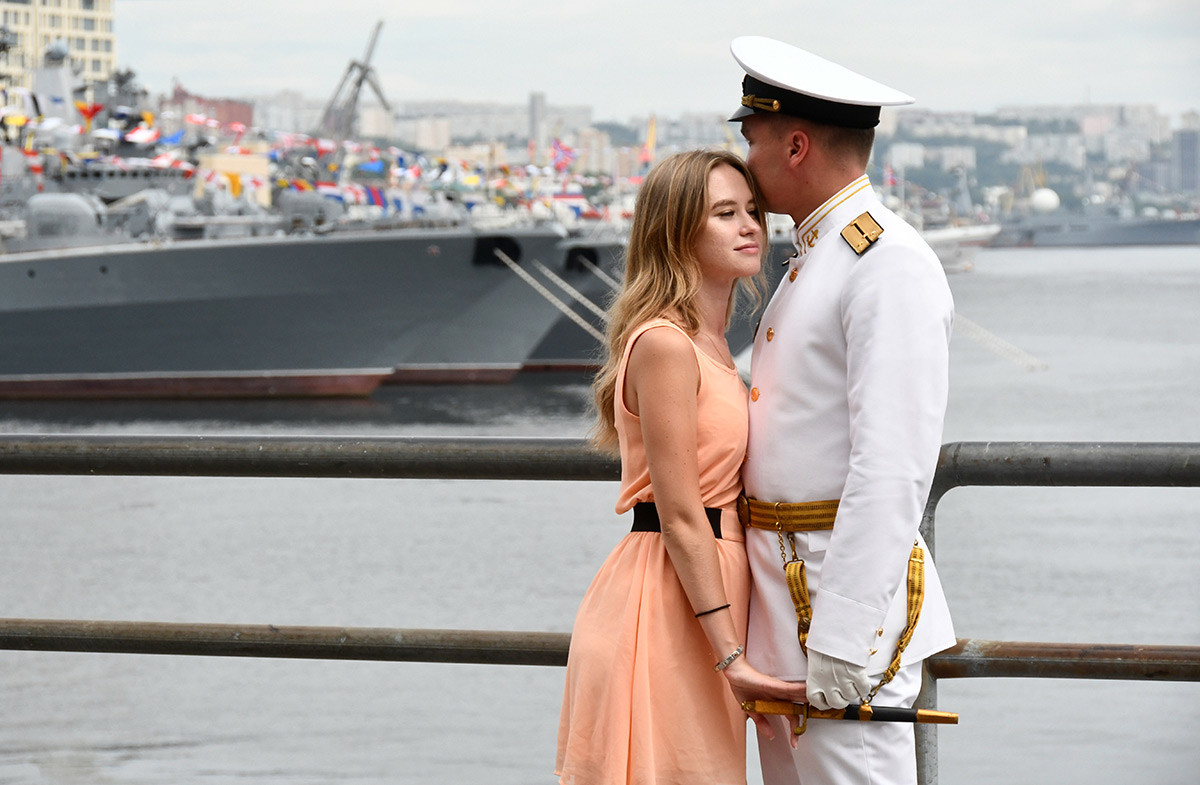 Un couple assiste aux célébrations de la Journée de la Marine dans la cité de Vladivostok, en Extrême-Orient russe.