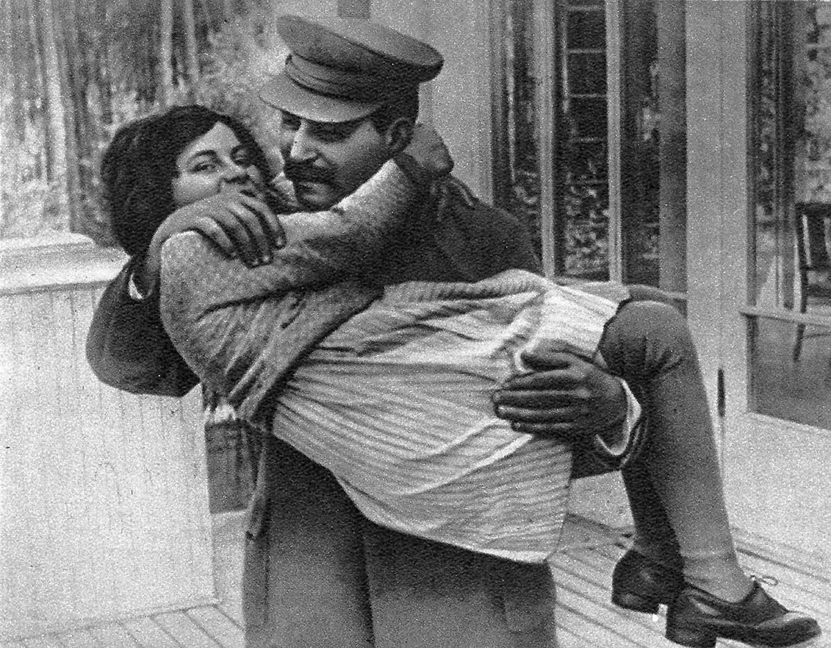 Сталин с дочерью Светланой в 1936.