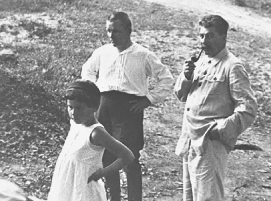 Joseph Staline, sa fille Svetlana et Sergueï Kirov, un homme politique soviétique. L'assassinat de ce dernier marque le début des Grandes Purges.