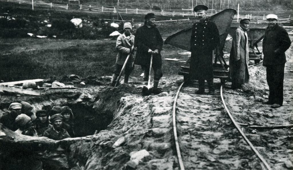 Zaporniki delovnega taborišča Solovecki kopajo glino za opekarno