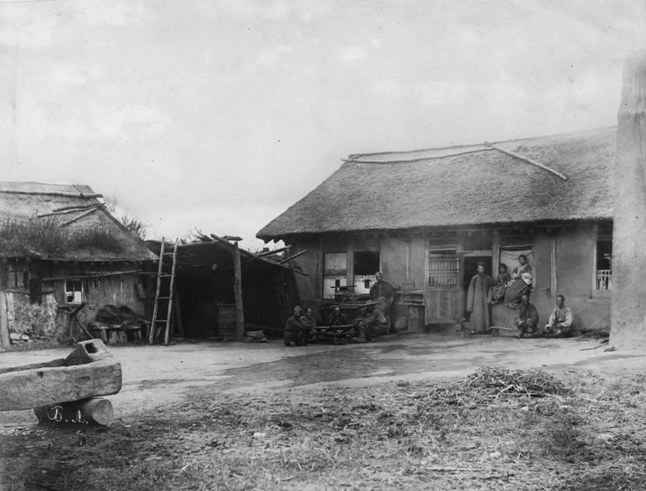 """Кућа у којој живе """"манзи"""" у Усуријској тајги."""