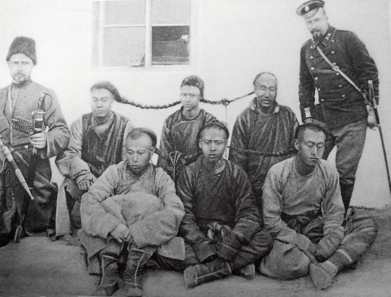 Припадници обезбеђења Кинеске источне железнице са групом ухапшених хунхуза. Манџурија, почетак 20. века.