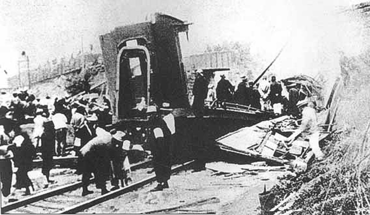 Железничка станица Хуангутун после експлозије. Покушај атентанта на Џанг Цуолина лидера Фенгтианске клике у коме је задобио смртоносне повреде.