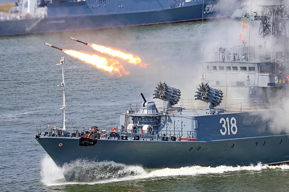 サンクトペテルブルクの海軍の日の祝典で全面砲撃を披露するコルベット艦アレクシン