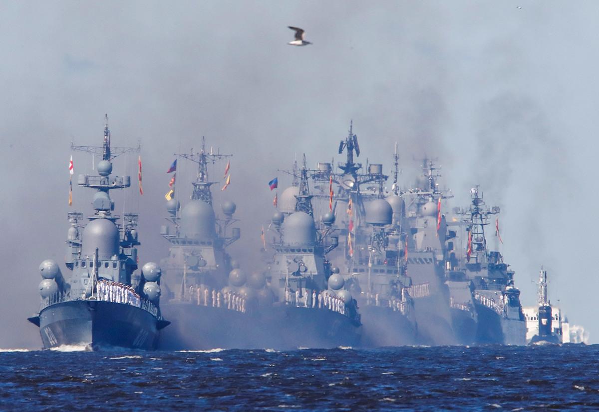 サンクトペテルブルク近郊のクロンシュタットで煙の中を通って海軍基地へと向かう戦艦