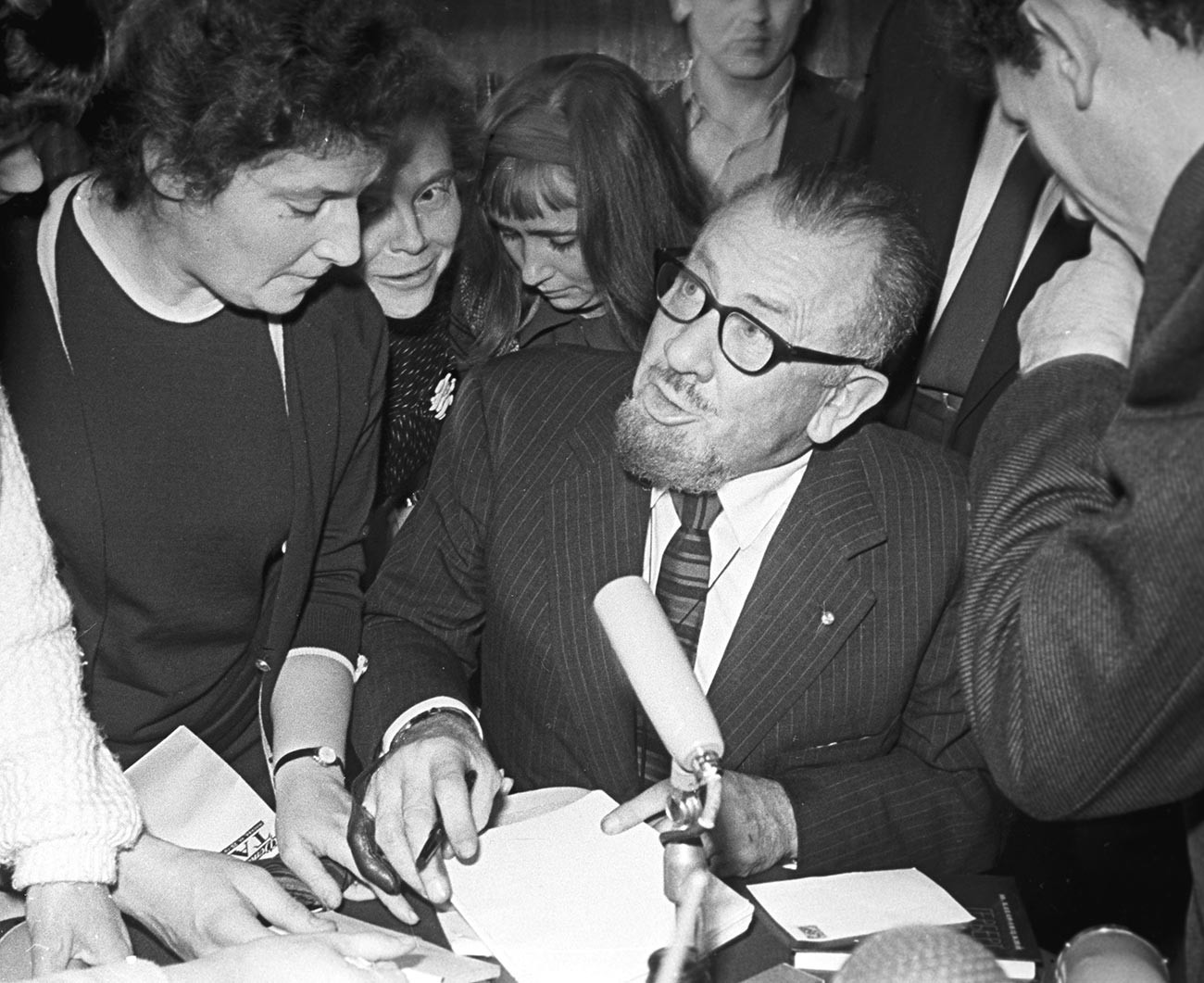 Джон Стайнбек раздава автографи във Всесъюзната държавна библиотека на чуждестранната литература в Москва