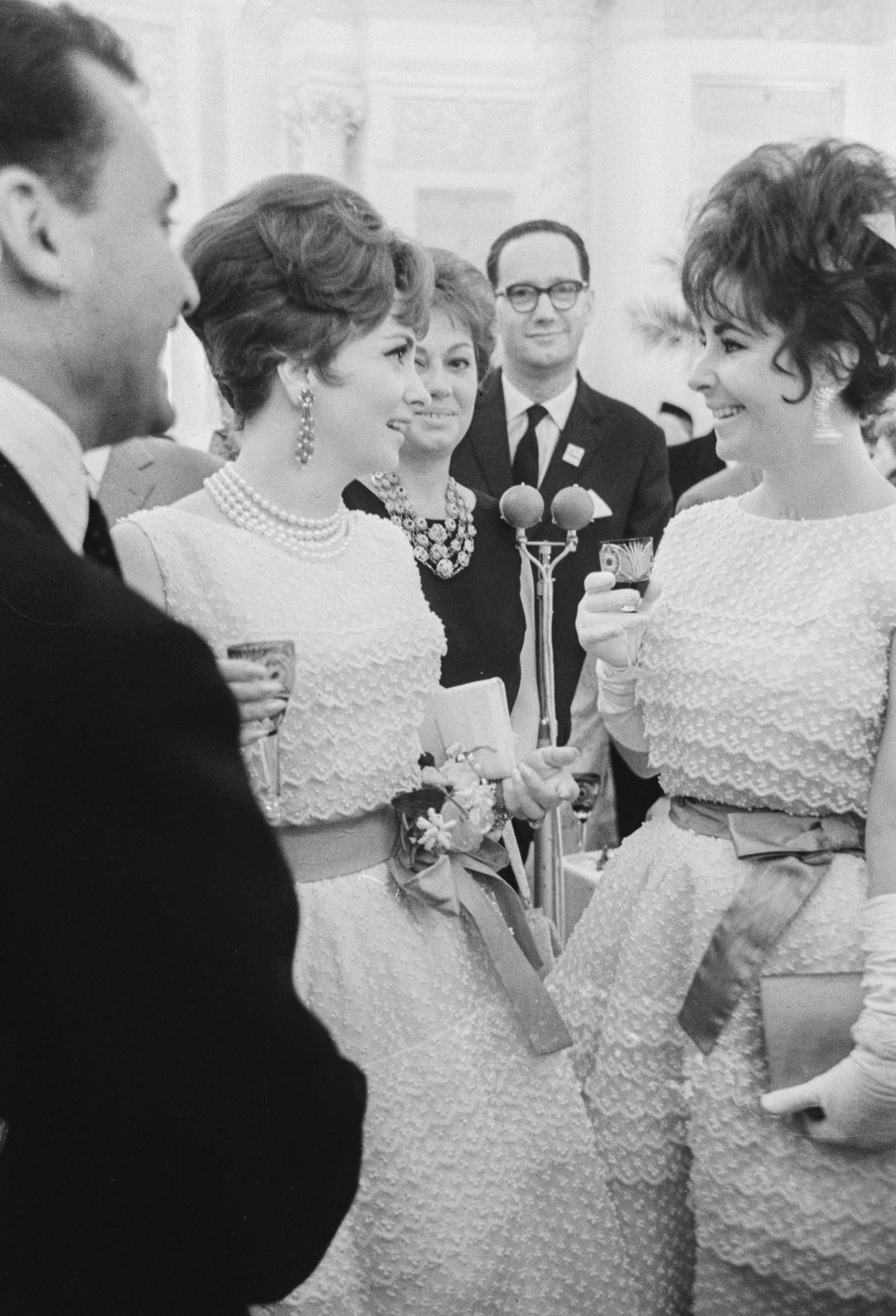 Филмовите актриси Джина Лолобриджида и Елизабет Тейлър (вдясно) по време на прием в Големия Кремълски дворец