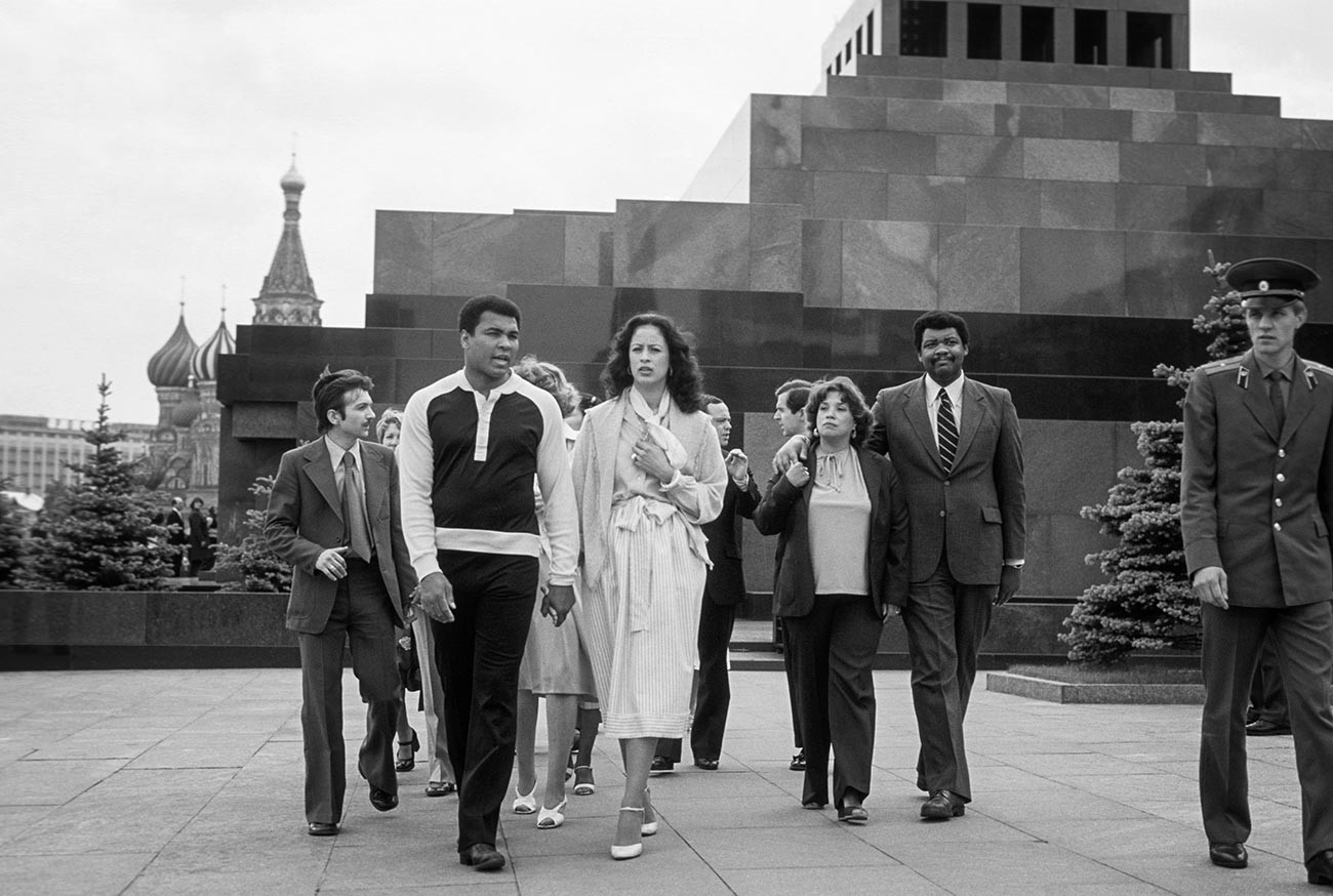Американският боксьор Мохамед Али на посещение в мавзолея на Ленин