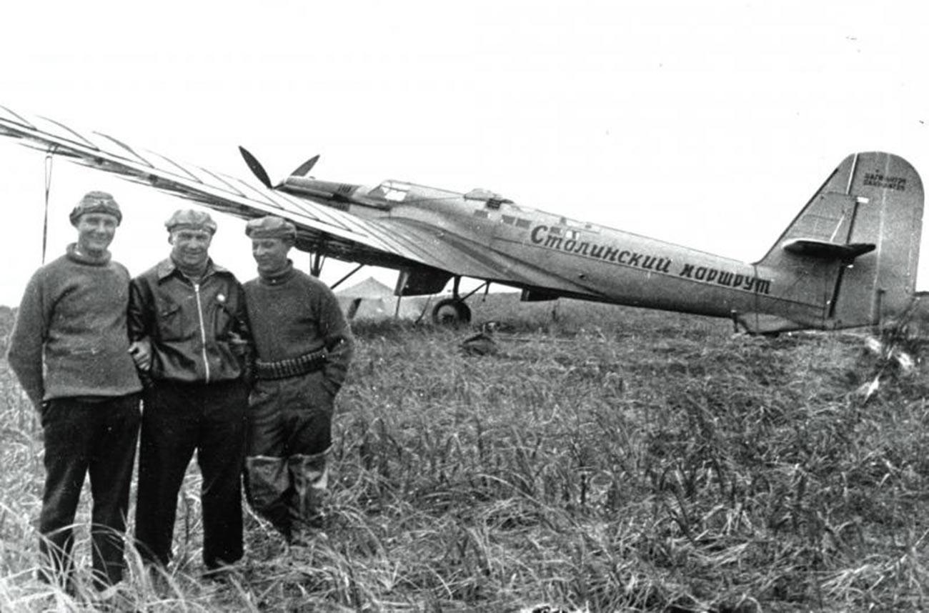 Aleksandar Beljakov, Valerij Čkalov i Georgij Bajdukov na otoku Ud (danas otok Čkalov) nekoliko sati nakon slijetanja.