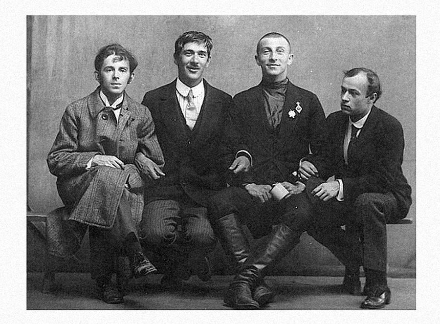 オシップ・マンデリシュターム、コルネイ・チュコフスキー、ベネディクト・リフシッツ、ユーリイ・アンネンコフ(左側から)