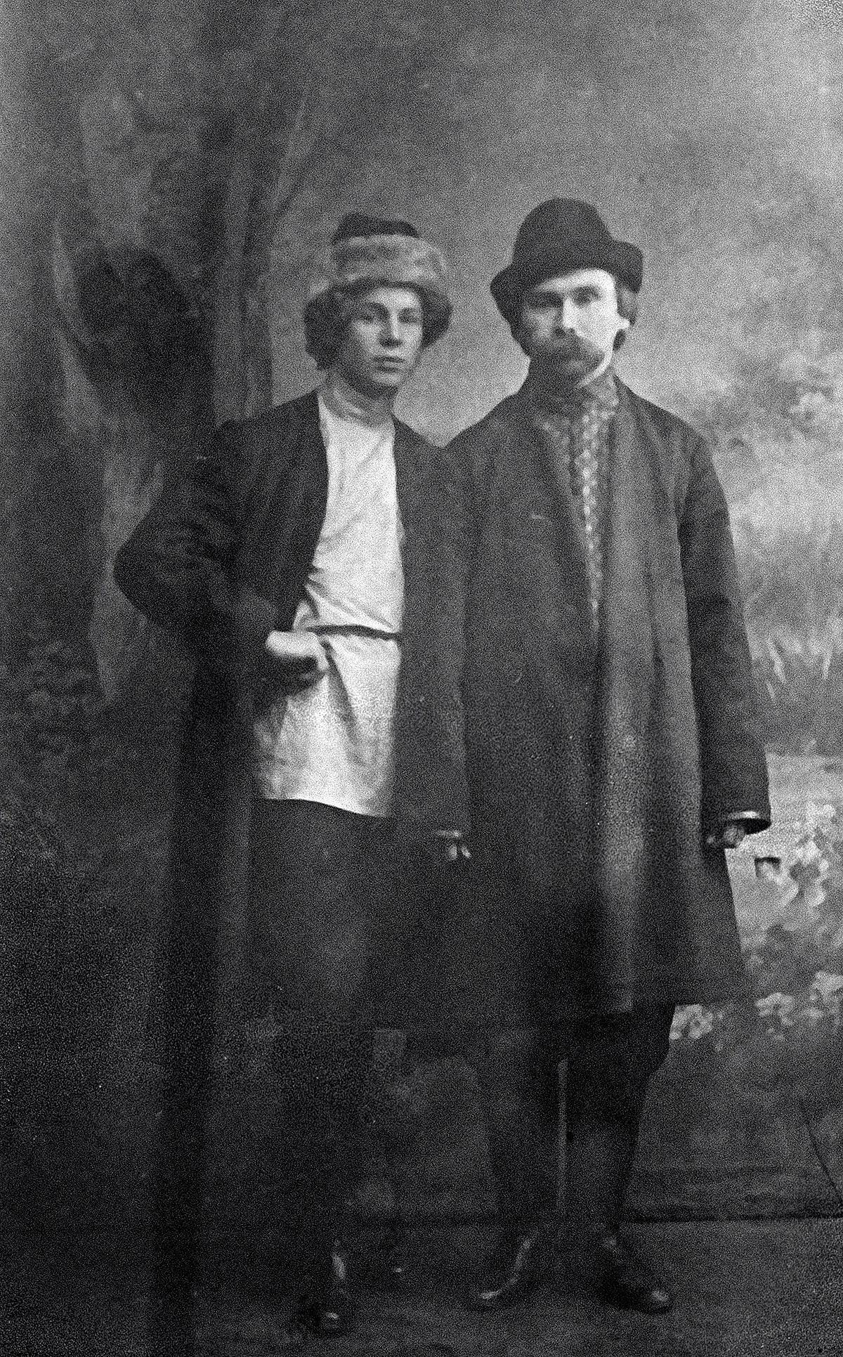 セルゲイ・エセーニン(左側)とニコライ・クリュエフ