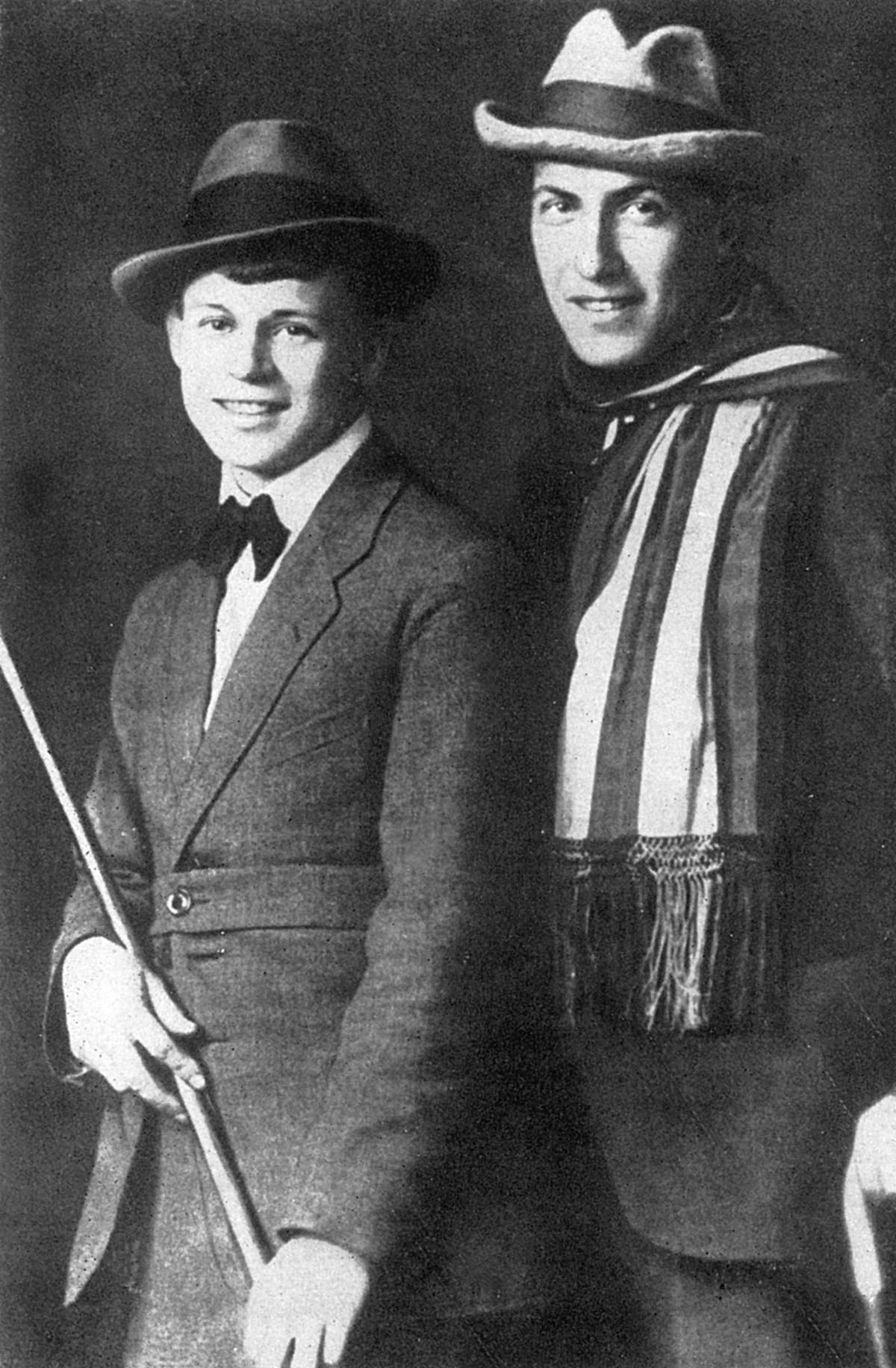 セルゲイ・エセーニン(左側)とアナトリー・マリエンホフ