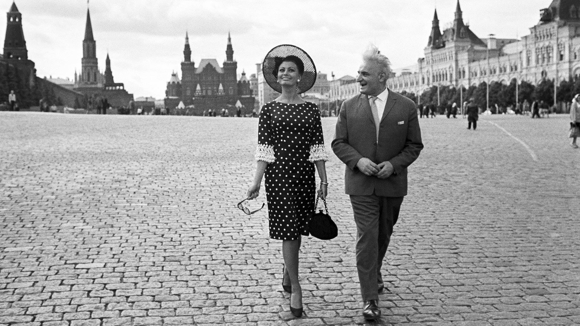 Sophia Loren et l'acteur soviétique Sergo Zakariadze sur la place Rouge