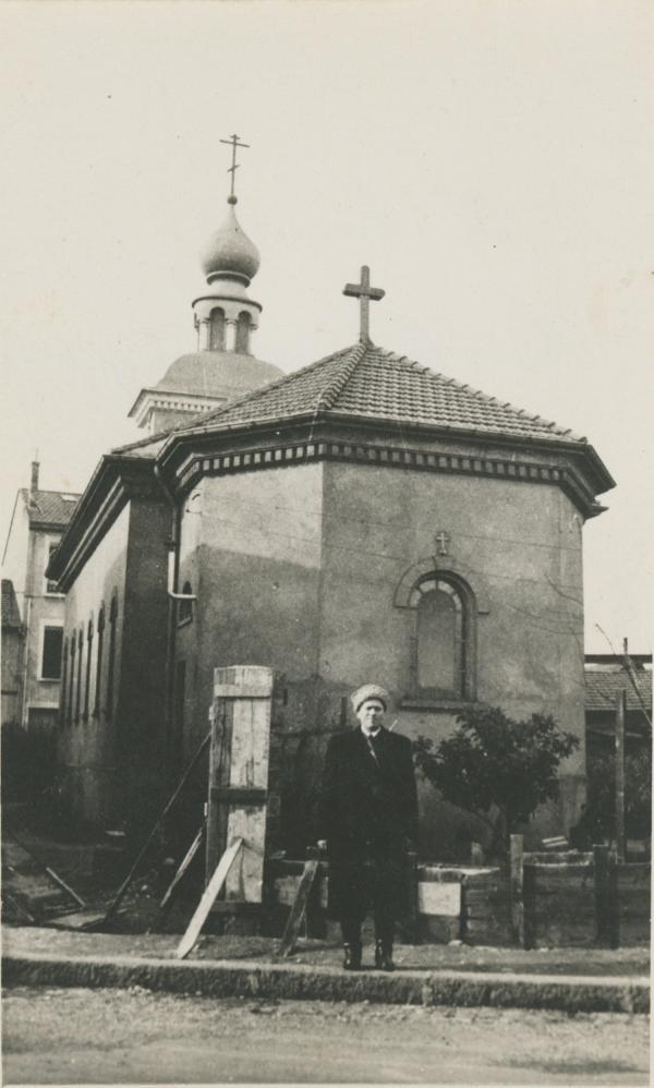 Cosaque posant à l'arrière de l'église Saint-Nicolas