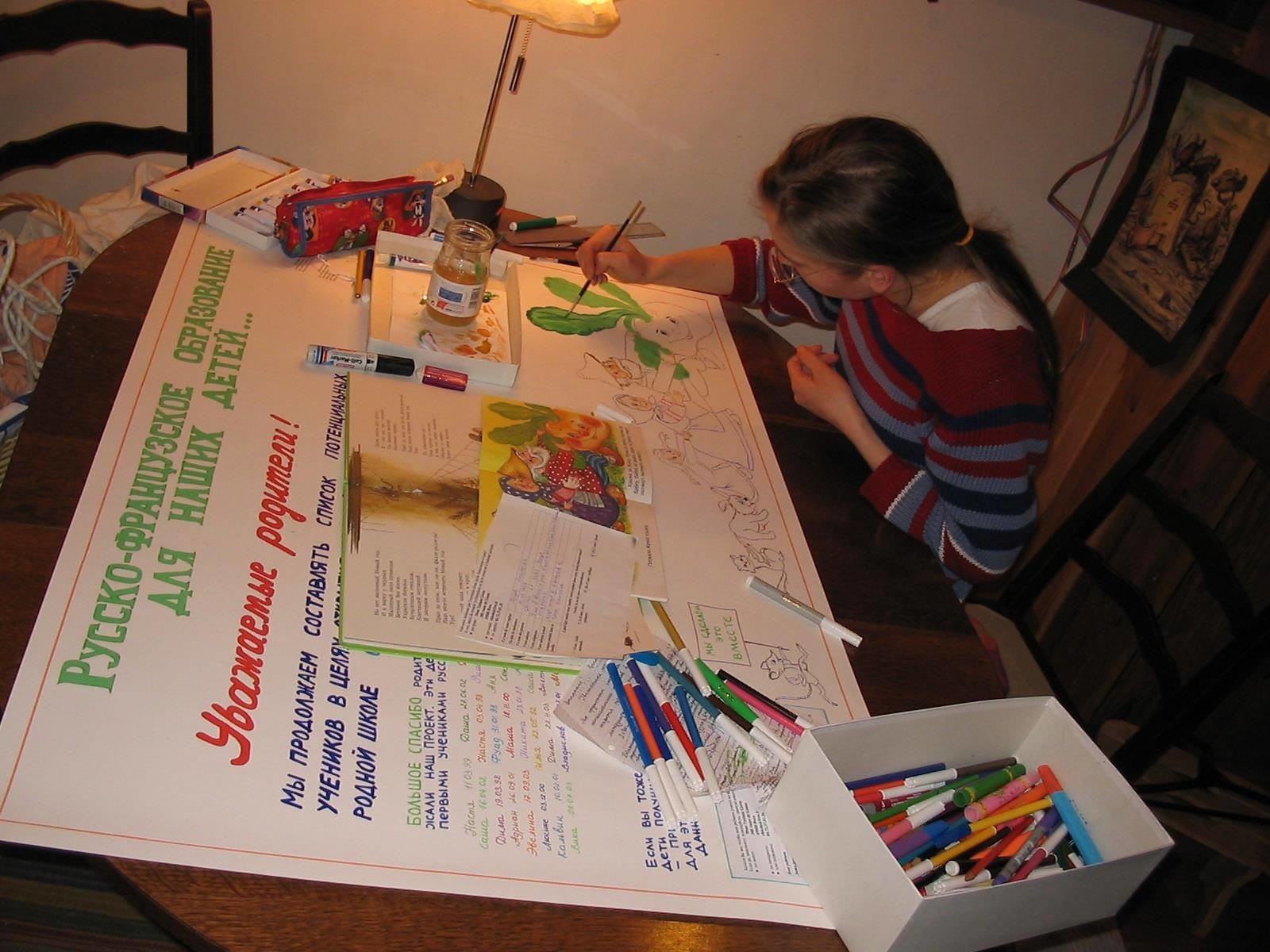 Marina Dupont de Dinechin en train de préparer un panneau d'affichage pour encourager les gens à participer à la création d'une section russophone dans une école