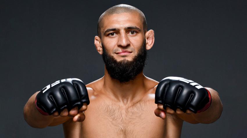 Хамзат Чимајев позира пред камерама после победе на турниру UFC Fight Night 26. јула 2020. године у Абу Дабију, Уједињени Арапски Емирати.