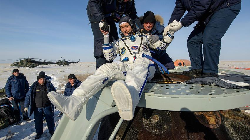 Le spationaute Luca Parmitano, de retour sur Terre en compagnie du Russe Alexandre Skvortsov et de l'américaine Christina Koch, est aidé à quitter la capsule Soyouz MS-13 atterrie au Kazakhstan.