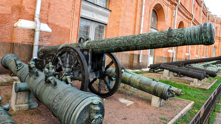 """Cannone da assedio """"Re Achille"""", forgiato da Andrej Chokhov. Museo storico militare di artiglieria, San Pietroburgo"""