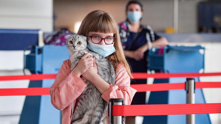 Deklica z mucko na moskovskem letališču Vnukovo A.N. Tupoljeva