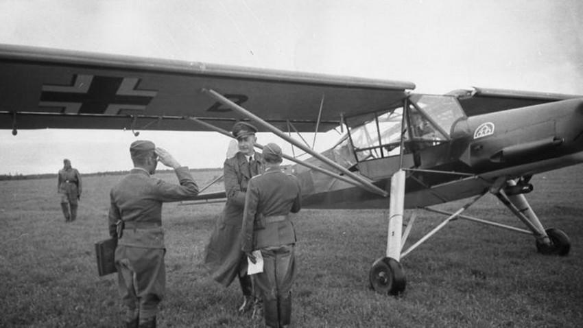Николај Лошаков и Иван Денисјук со заробен авион Fi 156 Штрк успеаја да избегаат од германско заробеништво.