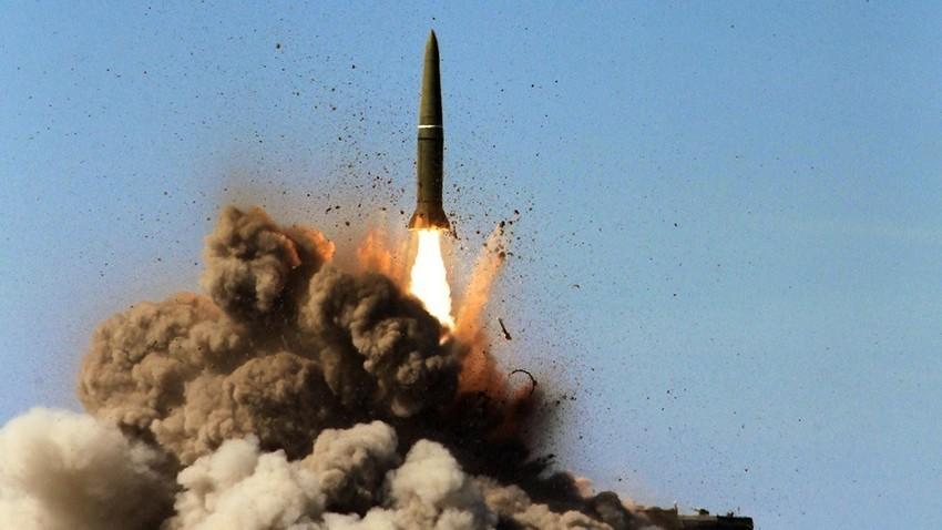 """Гаѓање со балистичка ракета на оперативно-тактичкиот ракетен систем """"Искандер-М"""" на полигон."""